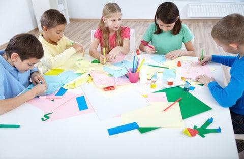 Børnene i børnegruppen arbejder med en bunden opgave