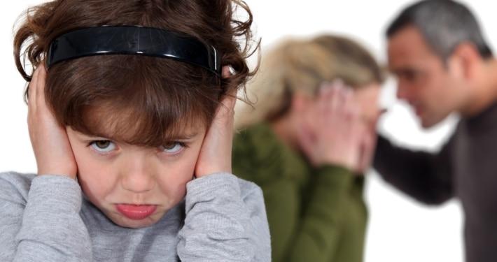 Dreng der holder sig for ørerne - Forældresamarbejde efter en skilsmisse