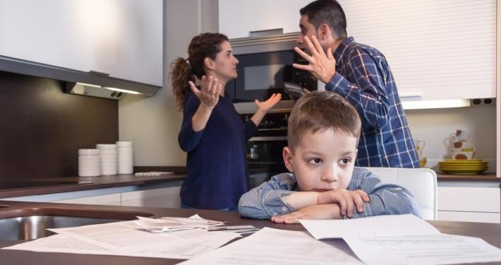Forældre der skændes mens barn hører på - Forældresamarbejde efter en skilsmisse