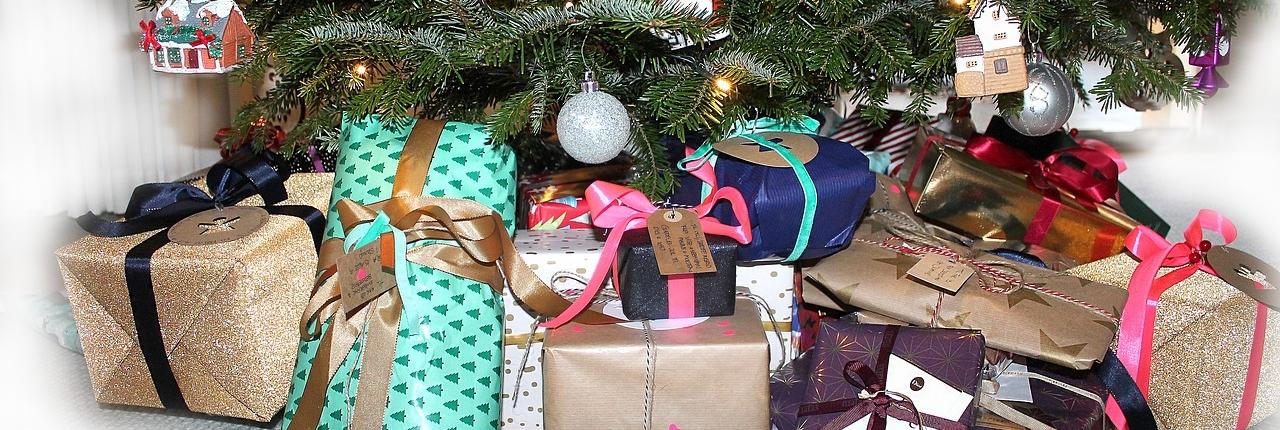 julegaver under træet - juleaften