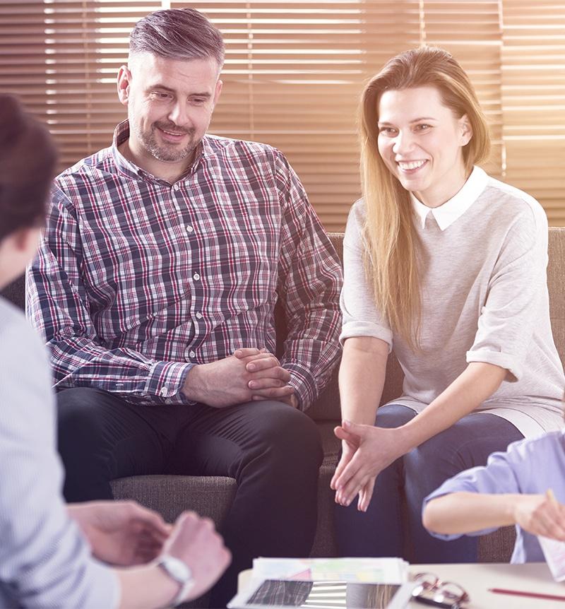 Forældrepar i sofa - skilsmisse rådgivning