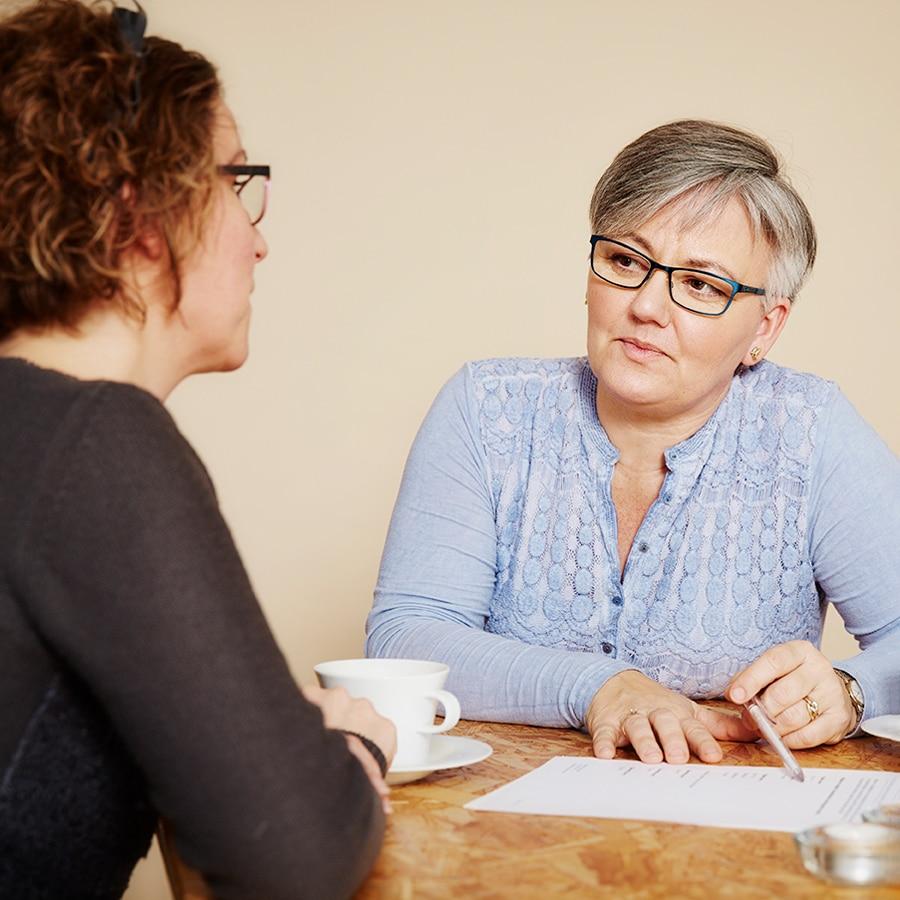 Bettina rådgiver kvinde der har været udsat for psykisk vold
